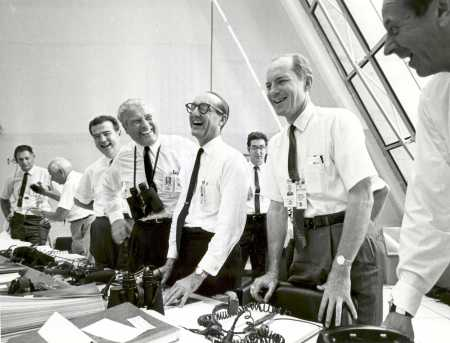 Apolo 11 - Charles W. Mathews, von Braun, George Mueller, and Lt. Gen. Samuel C. Phillips in the Launch Control Center following the successful Apollo 11 liftoff on July 16, 1969