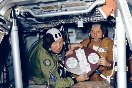 Cosmonauta Aleksei Leonov A. y el astronauta Thomas P. Stafford mostrar la placa conmemorativa Proyecto Apolo-Soyuz durante el entrenamiento