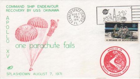07.08.71 Kennedy Space Center. Lugar incorrecto para la conmemoración del regreso de los astronautas del Apolo 15. Sobre con ilustración fiel a la realidad de la misión, reflejando que sólo dos de los tres paracaídas se abrieron correctamente.