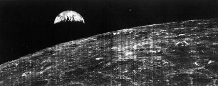 Primera foto de la Tierra vista desde la Luna transmitida el 23 de agosto de 1966 desde el Lunar Orbiter a la estación espacial de Robledo de Chavela (Madrid).