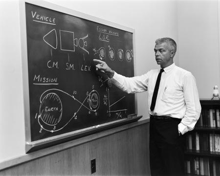 John C. Houbolt explicando el método LOR.