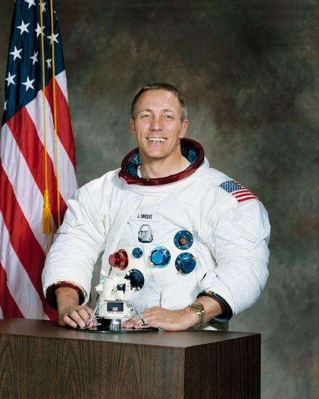 Jack Swigert (retrato oficial)