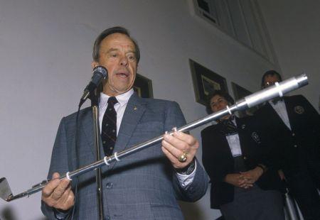 Alan Shepard con el palo utilizado para jugar al golf en la Luna