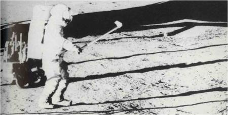 Captura de la imagen de tv del momento en el que Alan Shepard juega al golf en la Luna