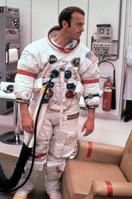 Alan Shepard vistiéndose para ir a la Luna
