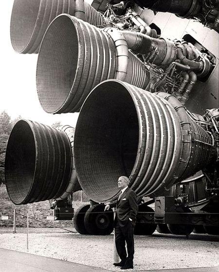 Wernher von Braun a los pies del Saturno V